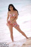海边美女模特享受大自然的快乐