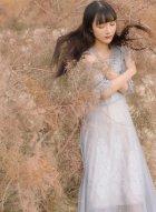美女之应沙漠中拍摄写真 白衣飘飘好似沙漠中盛开的花朵惊艳众生