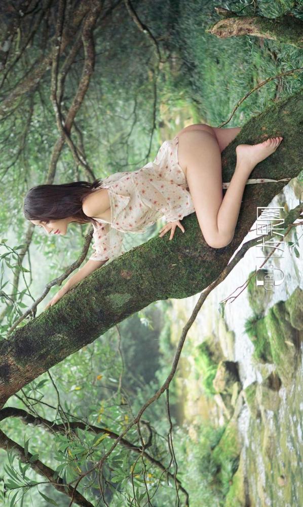 女神武一瑾萱躲在哗哗流水的瀑布后,独自享受这惬意的生活。